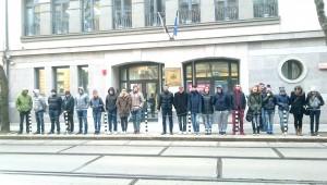 20-тина младежи, някои от тях - видимо непълнолетни, бяха строени пред ВСС с лозунги срещу председателя на ВКС Лозан Панов.